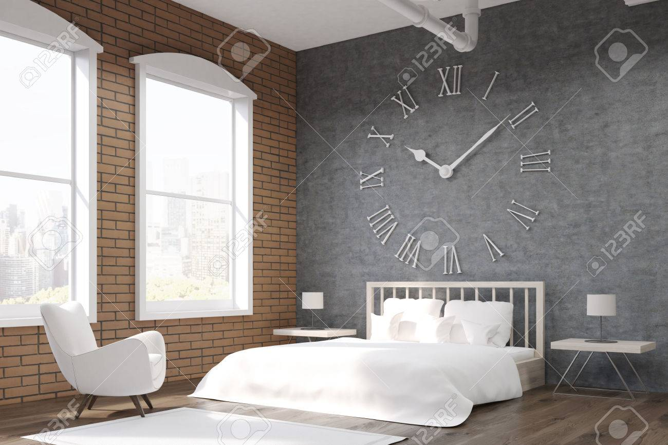 Seitenansicht Schlafzimmer Mit Großen Uhr Auf Graue Wand, Ein Riesiges Bett  Und Weißen Sessel.