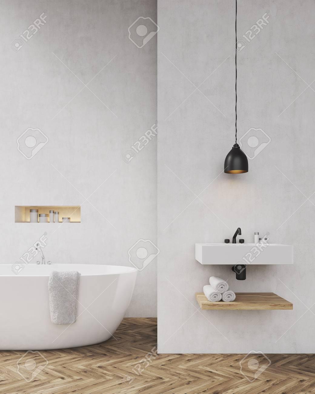 Badezimmer Mit Hellgrauen Wänden, Badewanne, Waschbecken Und  Handtuchablage. Konzept Der Luxus Interieur