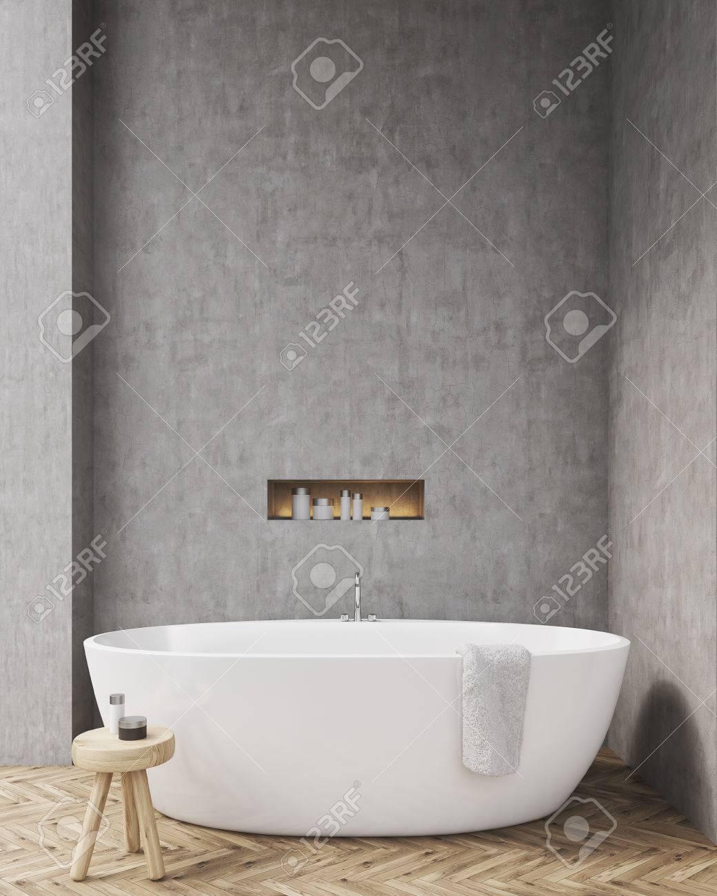 Salle De Bains Avec Des Murs En B Ton Plancher En Bois Une Chaise