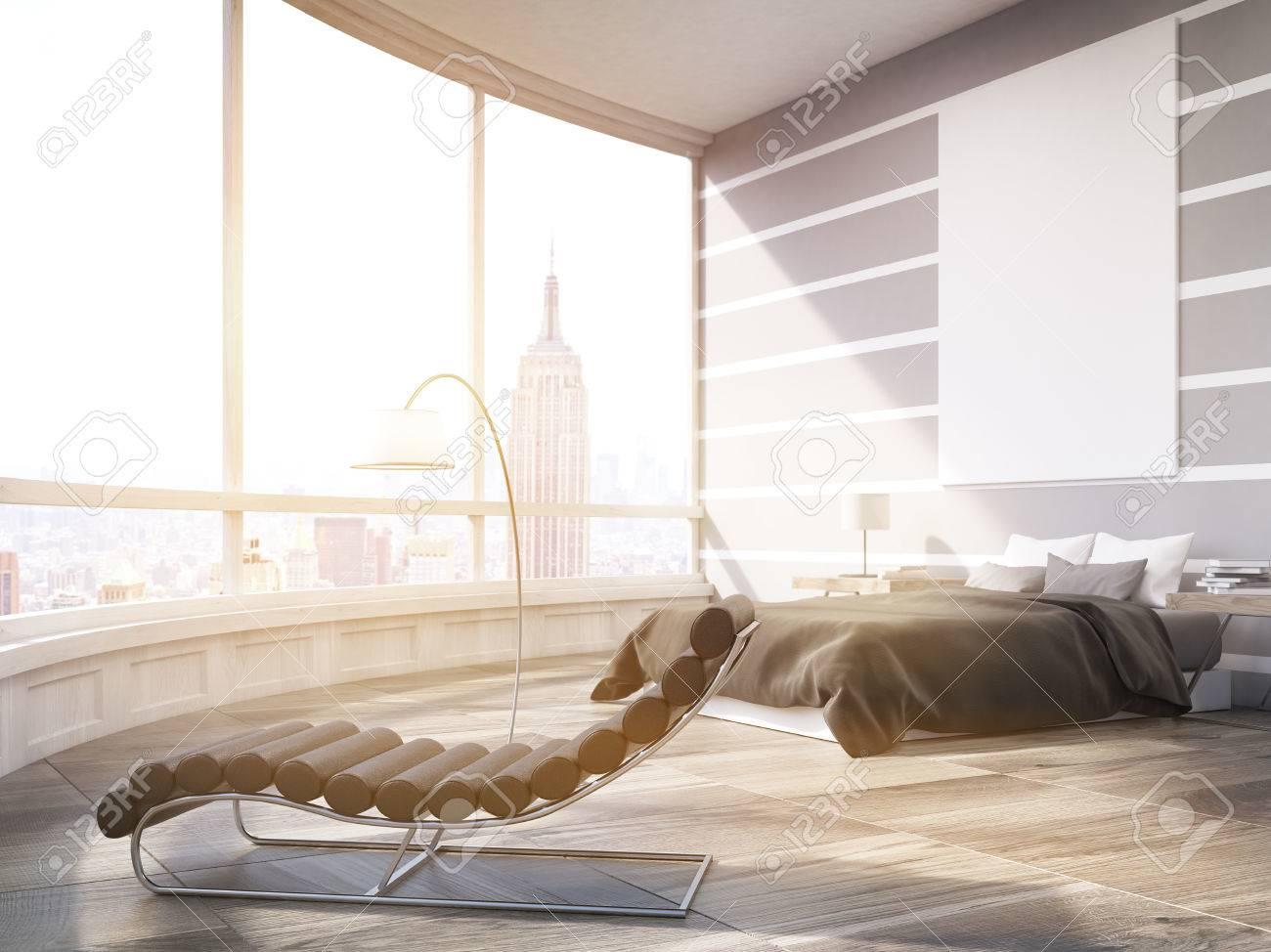 Sonnenbeschienenem Master Schlafzimmer Mit Bett, Massagesessel Und Großes  Plakat Auf Graue Wand. Panoramafenster