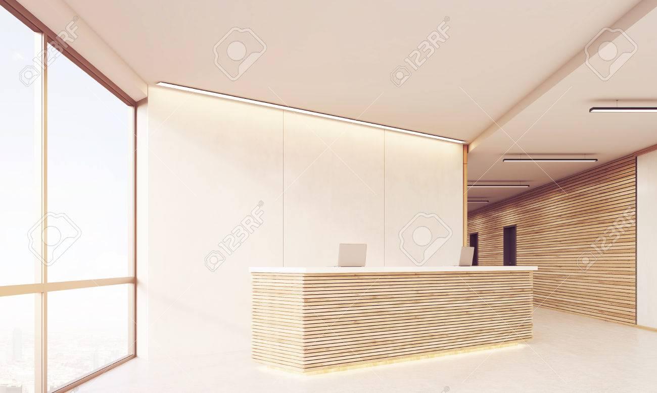 Vue de côté du long couloir de bureau avec des portes et des