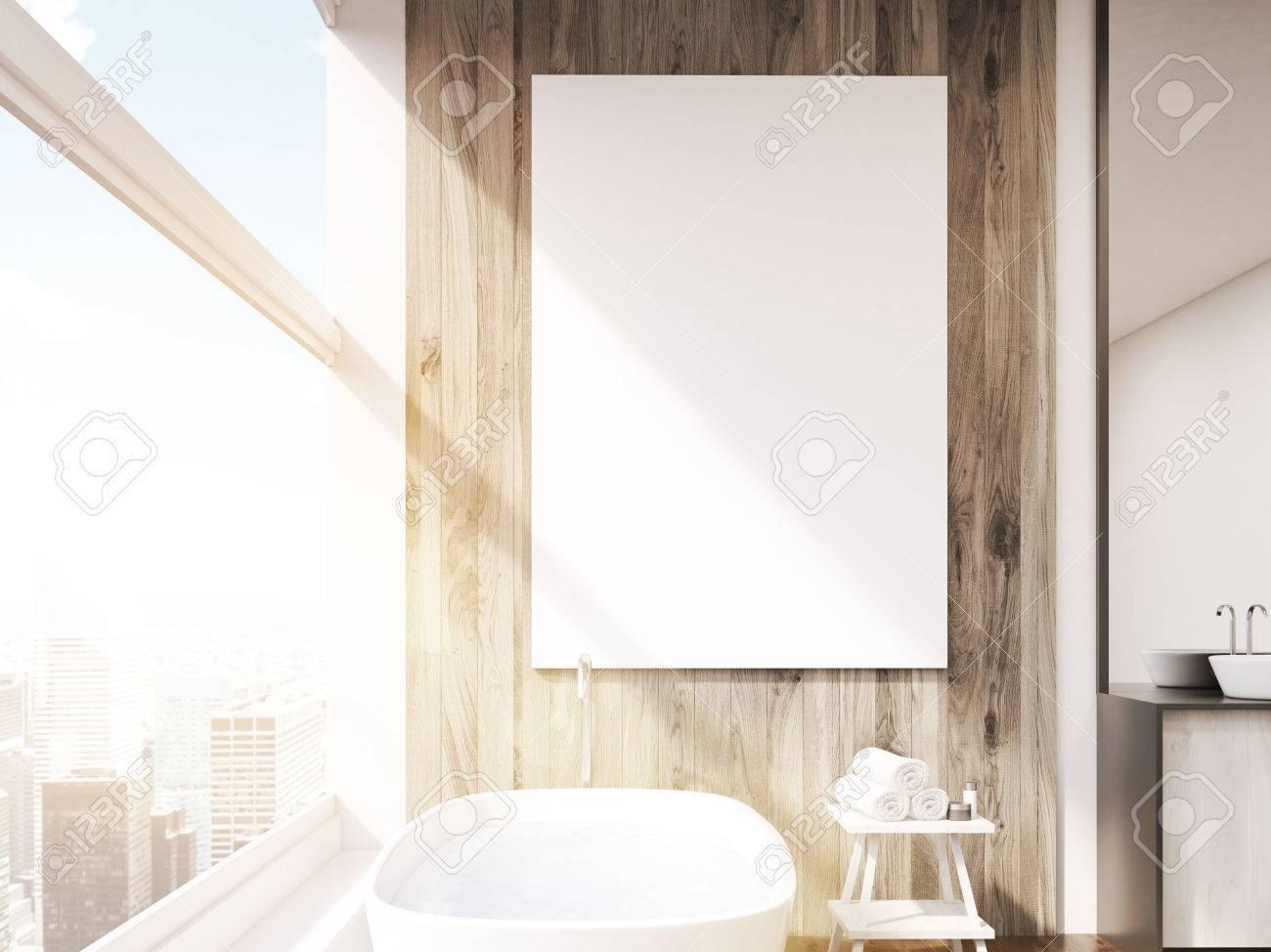 Cierre De Cartel En El Cuarto De Baño Con Bañera, Mesa Para Toallas ...
