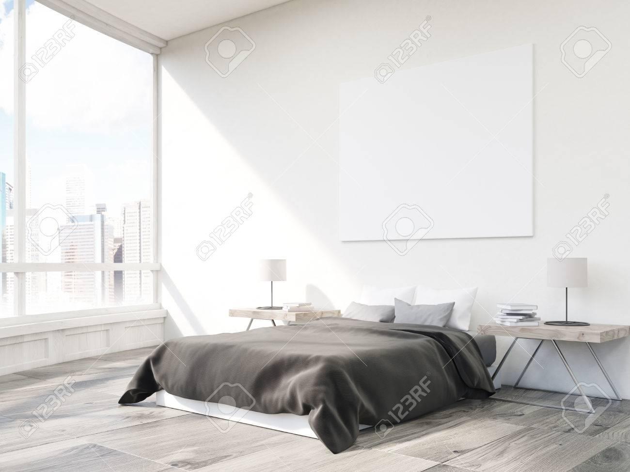 Schon Close Up Von Bett Im Schlafzimmer Mit Zwei Kleinen Tischen Und Horizontale  Poster Auf Weiße Wand