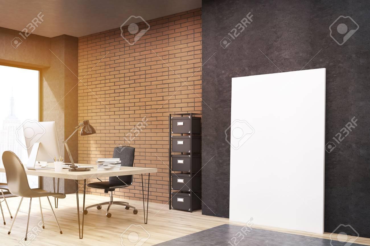 Vue de côté de grande affiche debout verticale près mur noir en