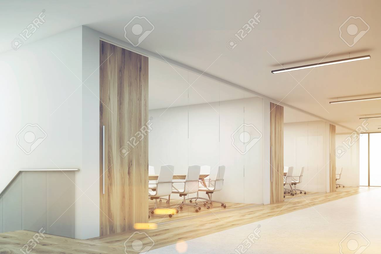 banque dimages vue latrale du corridor de bureau avec un grand mur blanc et range de salles de confrence avec mur en bois et dcoration de sol rendu