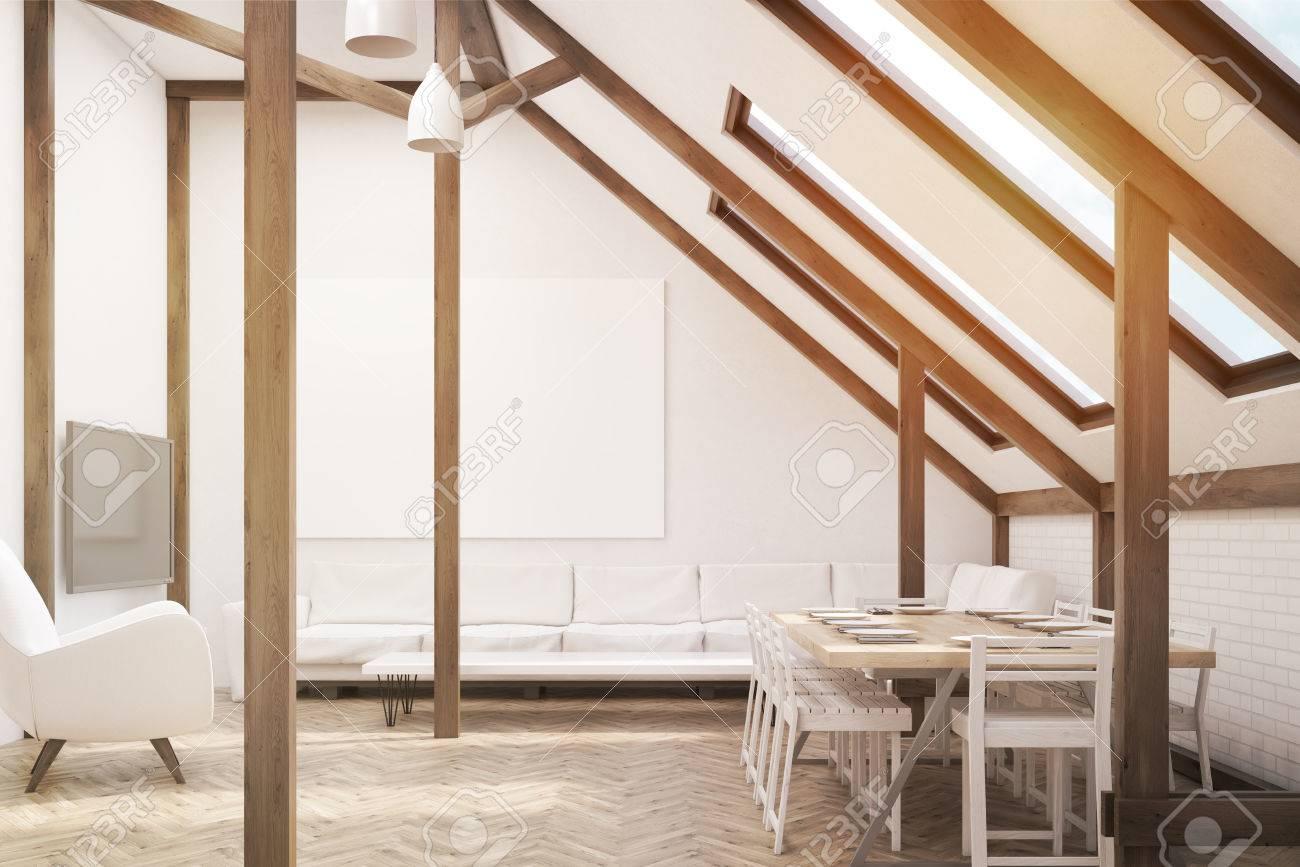 Standard Bild   Wohnzimmer Im Dachgeschoss. Großer Tisch Steht In Der Nähe  Der Wand. Es Gibt Einen Fernseher, Ein Sofa Und Ein Großes Plakat.  3D Rendering.