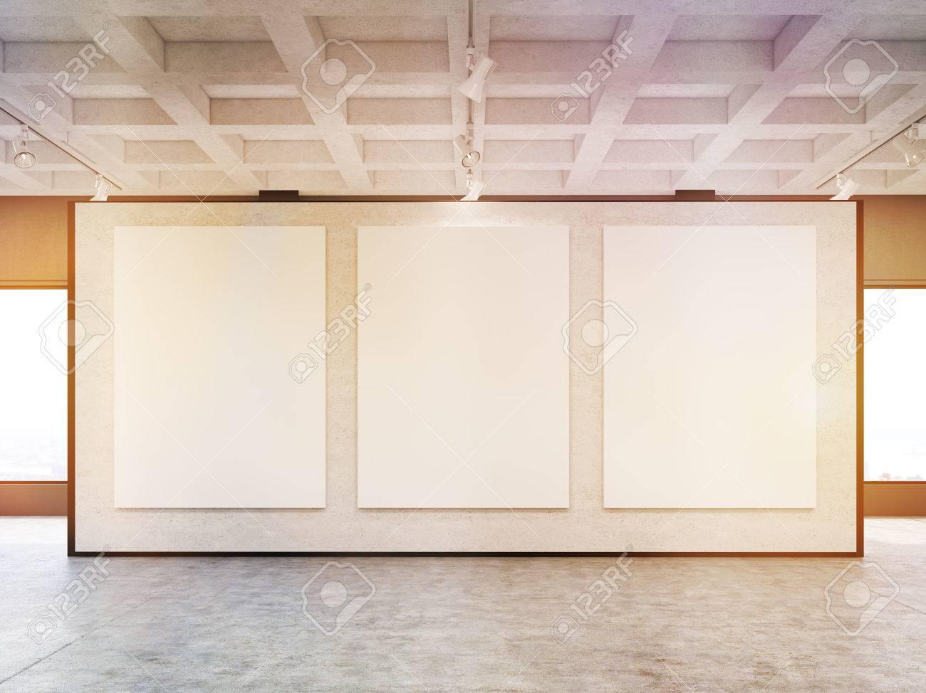 Standard Bild   Vorderansicht Der Drei Großen Vertikalen Plakate An Einer Grauen  Wand In Einer Galerie. Konzept Der Modernen Kunst Und Marketing.