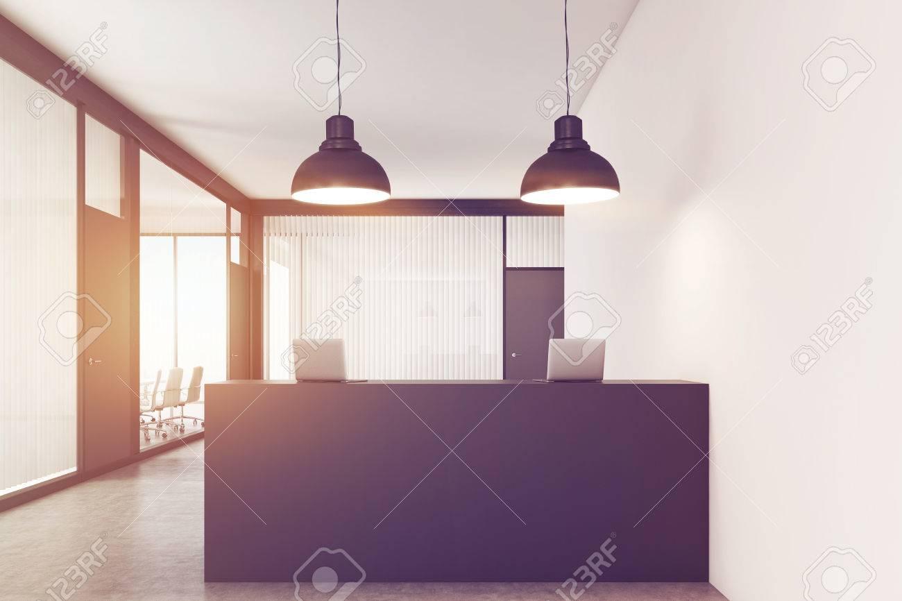 Gros plan d un hall de bureau le comptoir de réception est debout