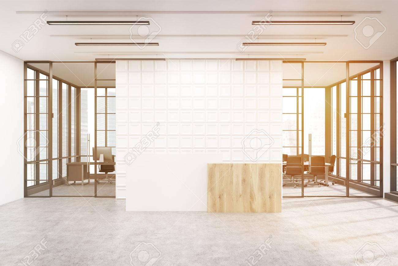 Immagini stock hall dellufficio. il grande muro è decorato con