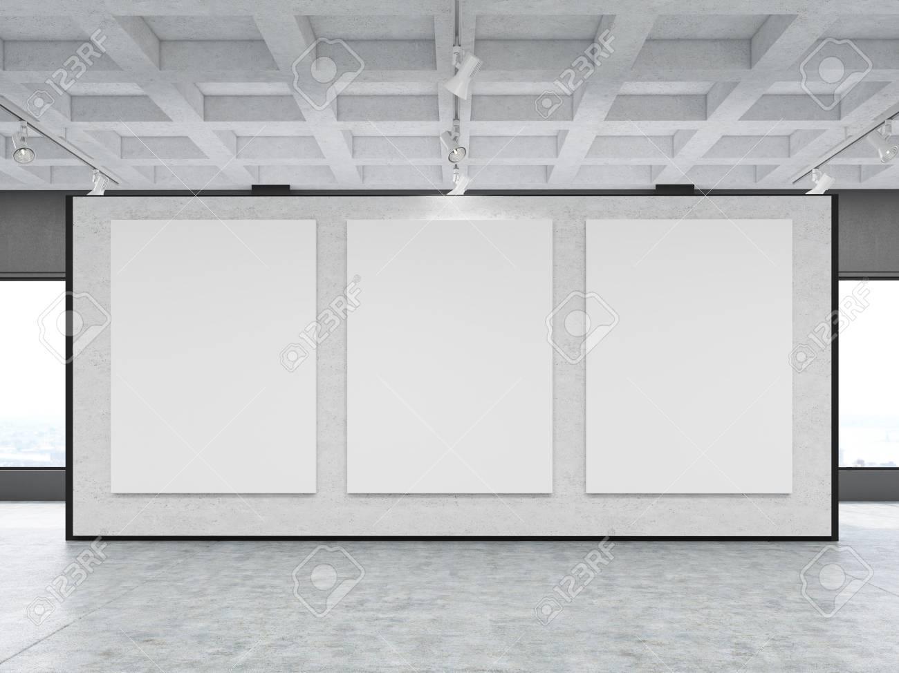 GroB Standard Bild   Vorderansicht Der Drei Großen Vertikalen Plakate An Einer Grauen  Wand In Einer Galerie. Konzept Der Modernen Kunst Und Marketing.