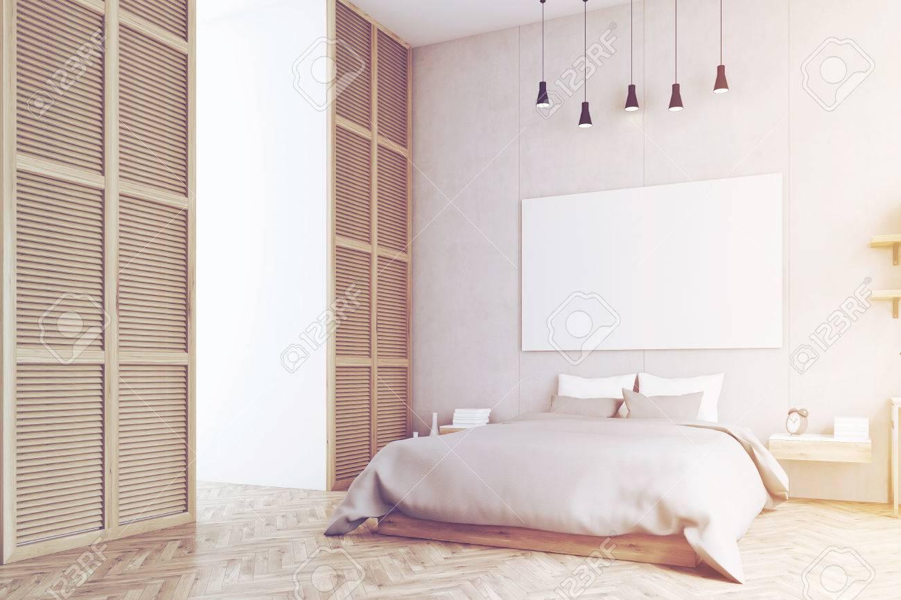 Seitenansicht Eines Schlafzimmer Interieur Mit Kingsize Bett, Nachttisch  Und Ein Großes Fenster In Einer