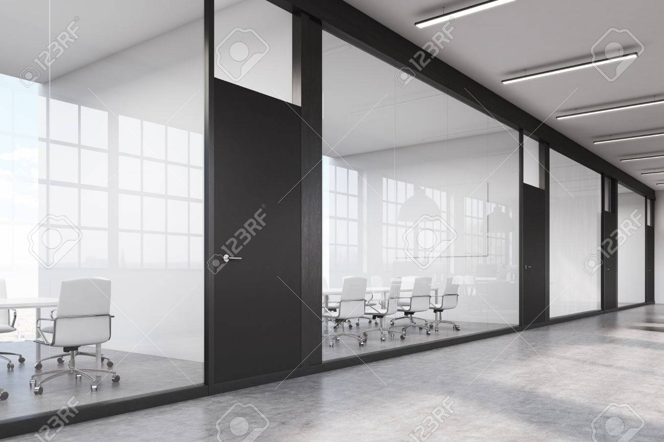 Schwarze Türen seitenansicht einer reihe von konferenzräumen in einem langen