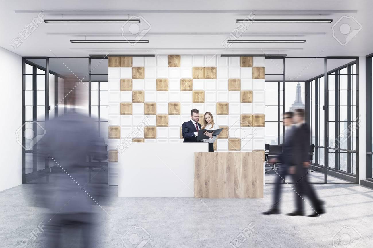 Persone nella hall dell ufficio la grande parete è decorata con