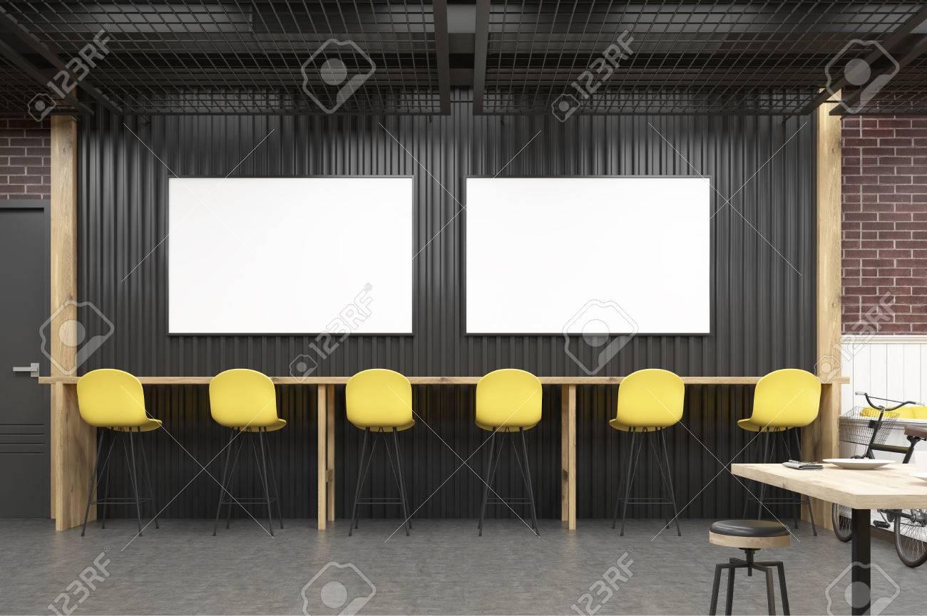 Interno del caffè con due poster orizzontali sgabelli e tavolo di