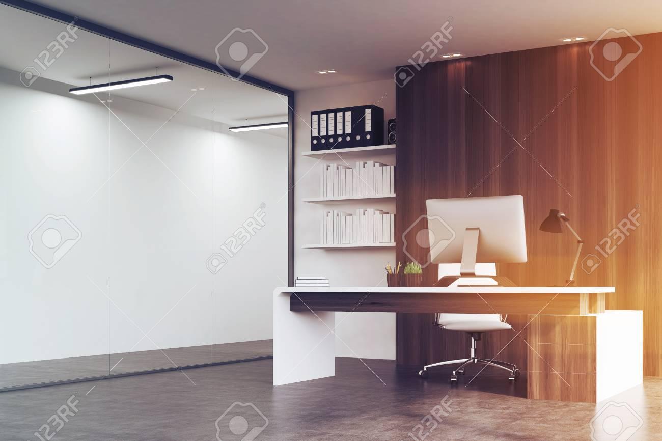 Ufficio Legno E Vetro : Vista laterale di un ufficio di una testa di una società con pareti