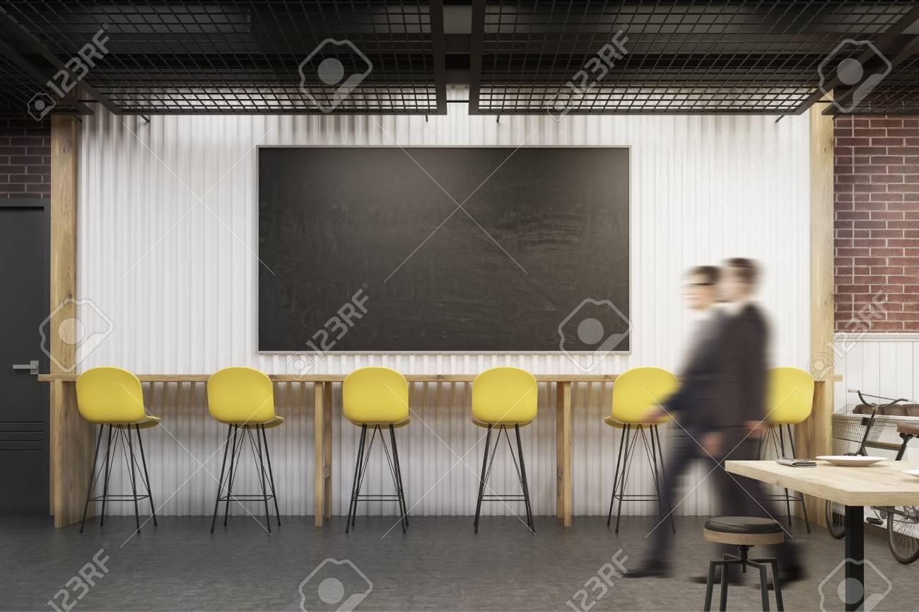 Uomini in un caffè con una grande lavagna sgabelli e tavolo di