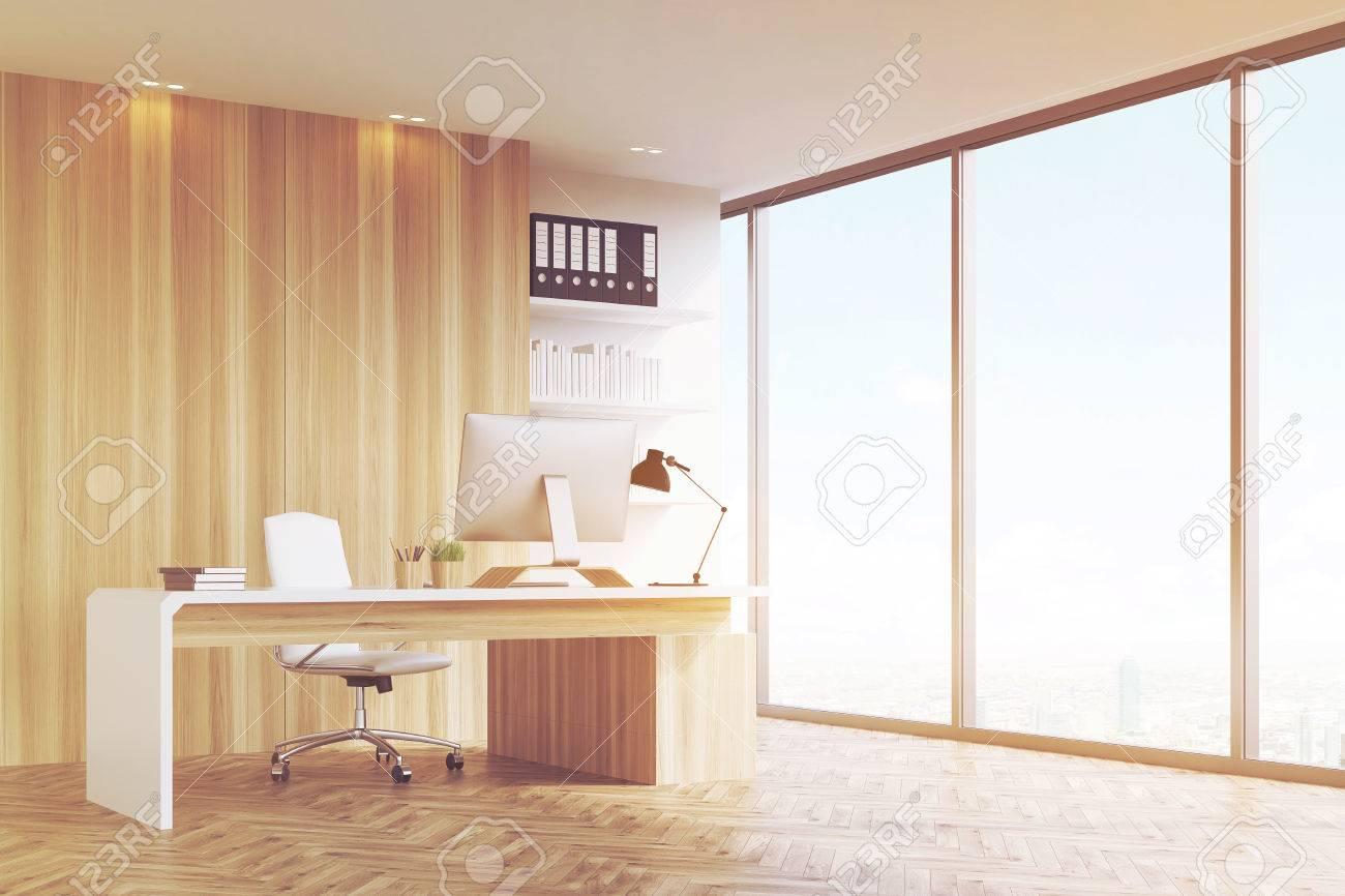 Bureau dune tête de société avec des murs en bois clair une