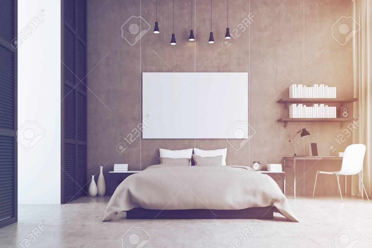 Chambre à coucher avec un lit king size, une étagère, une table et une  chaise. Une grande affiche horizontale est suspendue au-dessus du lit.  Rendu ...
