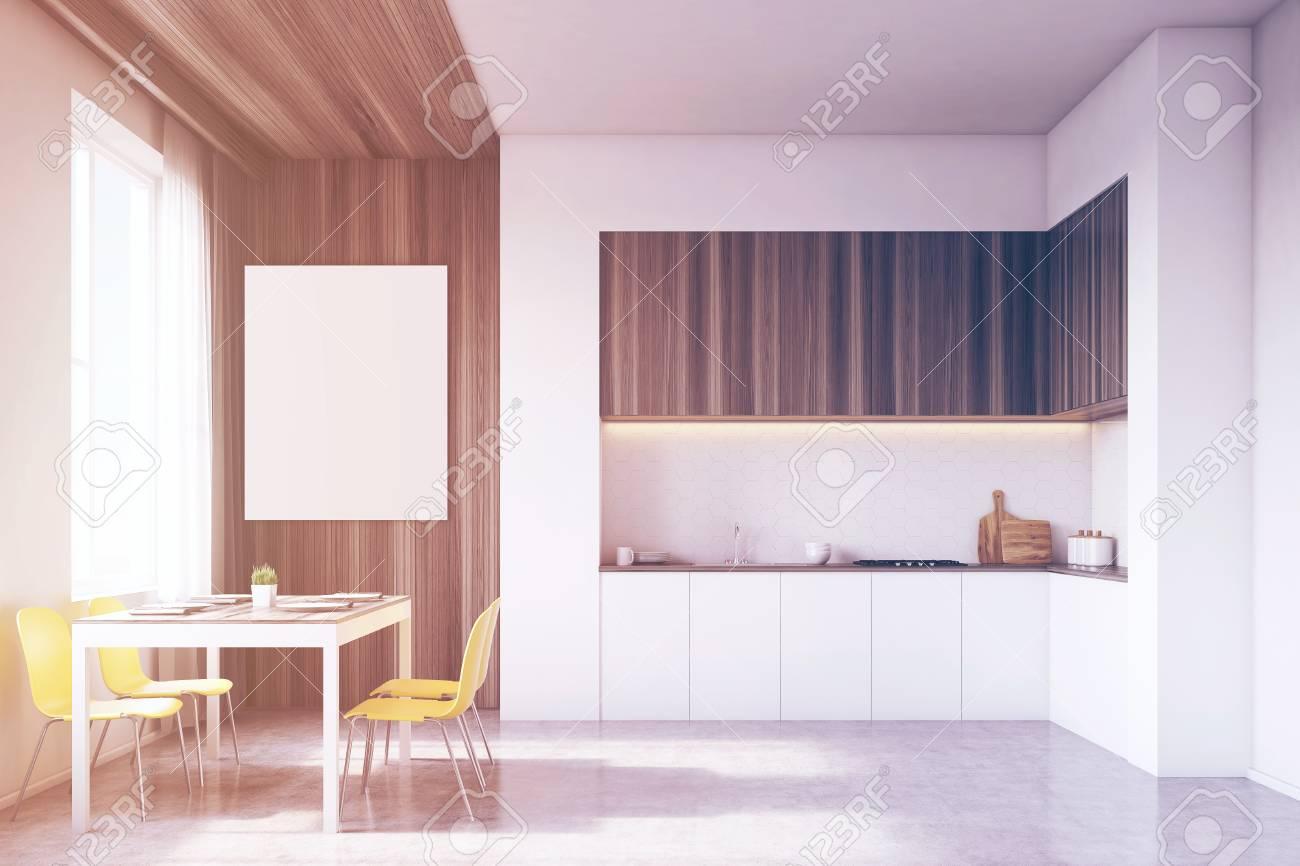 Interiore della cucina con tavolo e tavolo da pranzo circondato da sedie.  C\'è un grande poster verticale su una parte in legno del muro. Rendering  3D. ...