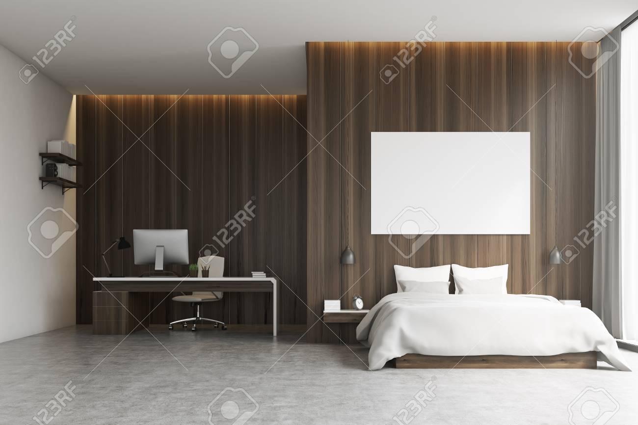 Interni Camera da letto con un angolo studio. C\'è un grande letto  matrimoniale con un poster sopra di esso e una scrivania con un computer e  una ...