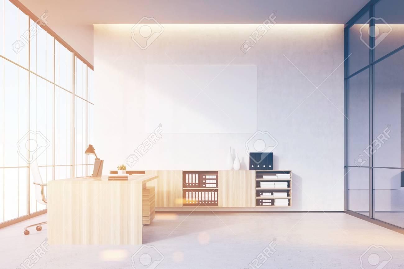 Bureau du pdg avec des meubles en bois clair une fenêtre