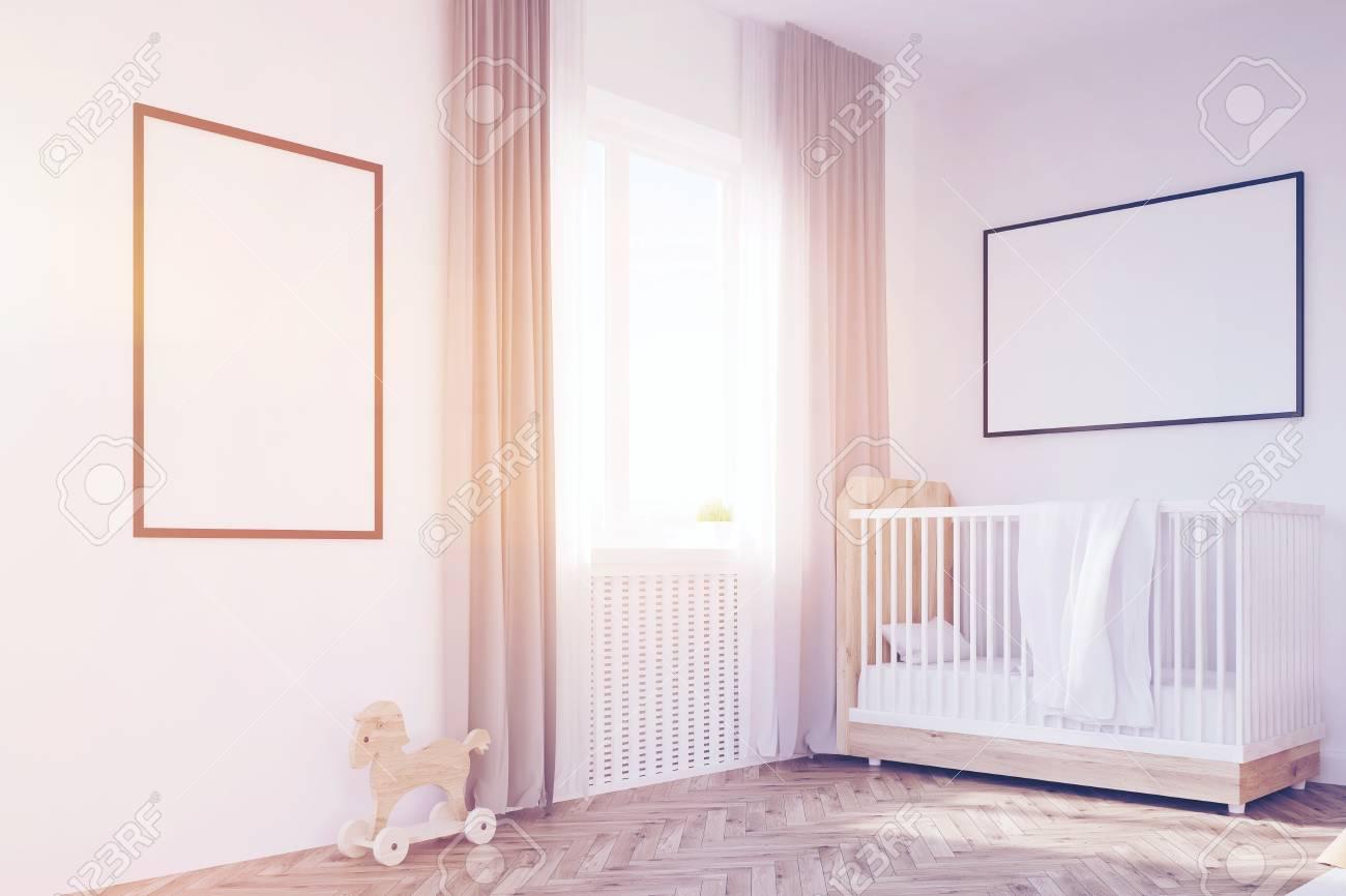 Coin De La Chambre De Bébé Avec Une Crèche, Une Grande Fenêtre Et ...