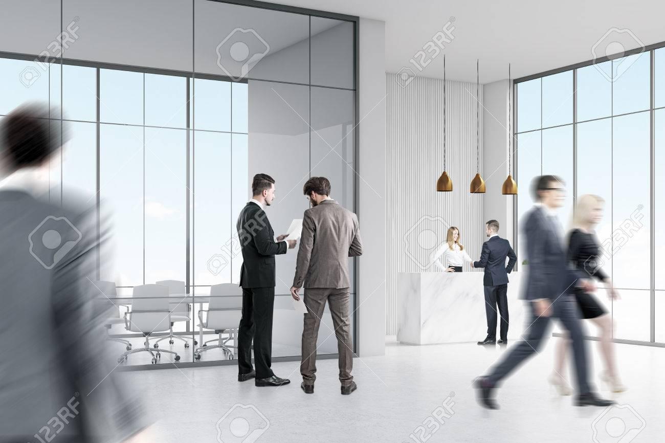Vue arrière de gens daffaires en costume marchant dans un couloir