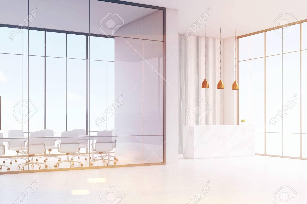 Coin de bureau blanc table de réception avec une tasse de papier