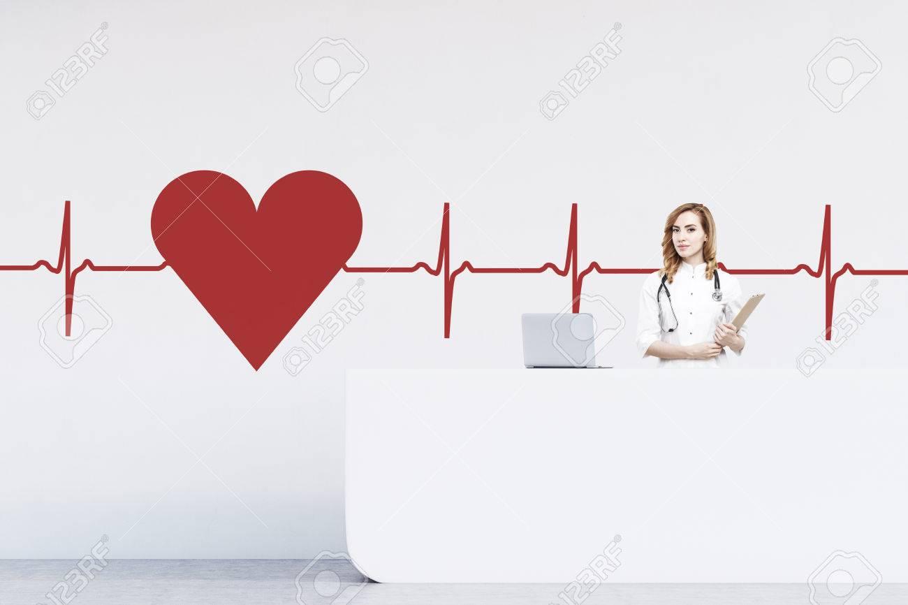 Rote Behaarte Frau Rezeptionistin In Einem Krankenhaus An Einem ...