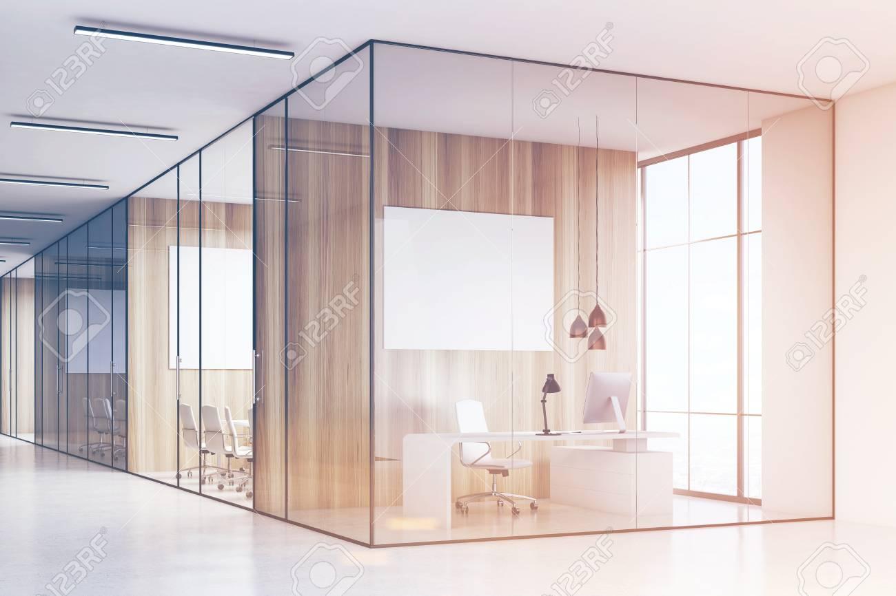 Rangée de salles de réunion avec des murs en verre et en bois et