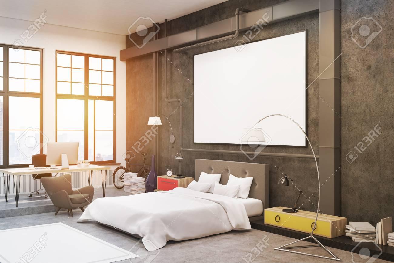 Vista laterale dell\'interno della camera da letto con pareti nere e un  poster su di loro. C\'è un grande letto, una poltrona, due lampade e  comodini ...