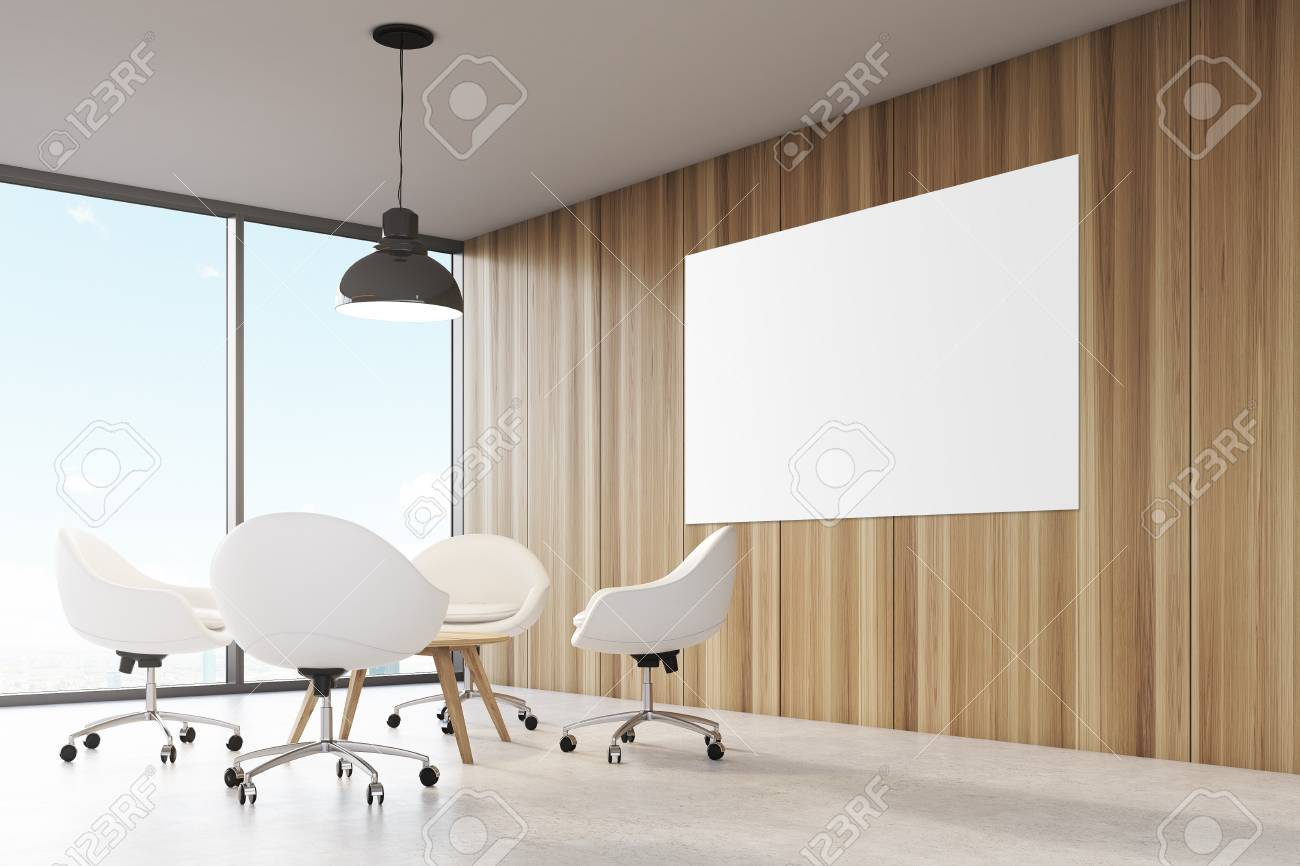 Salle avec des murs en bois grande baie vitrée un plafonnier