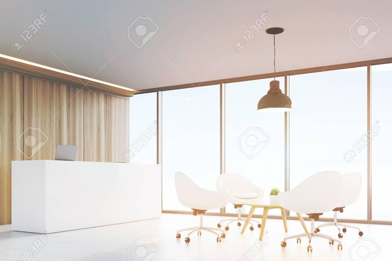 Hall d entrée avec des murs en bois une grande baie vitrée d une