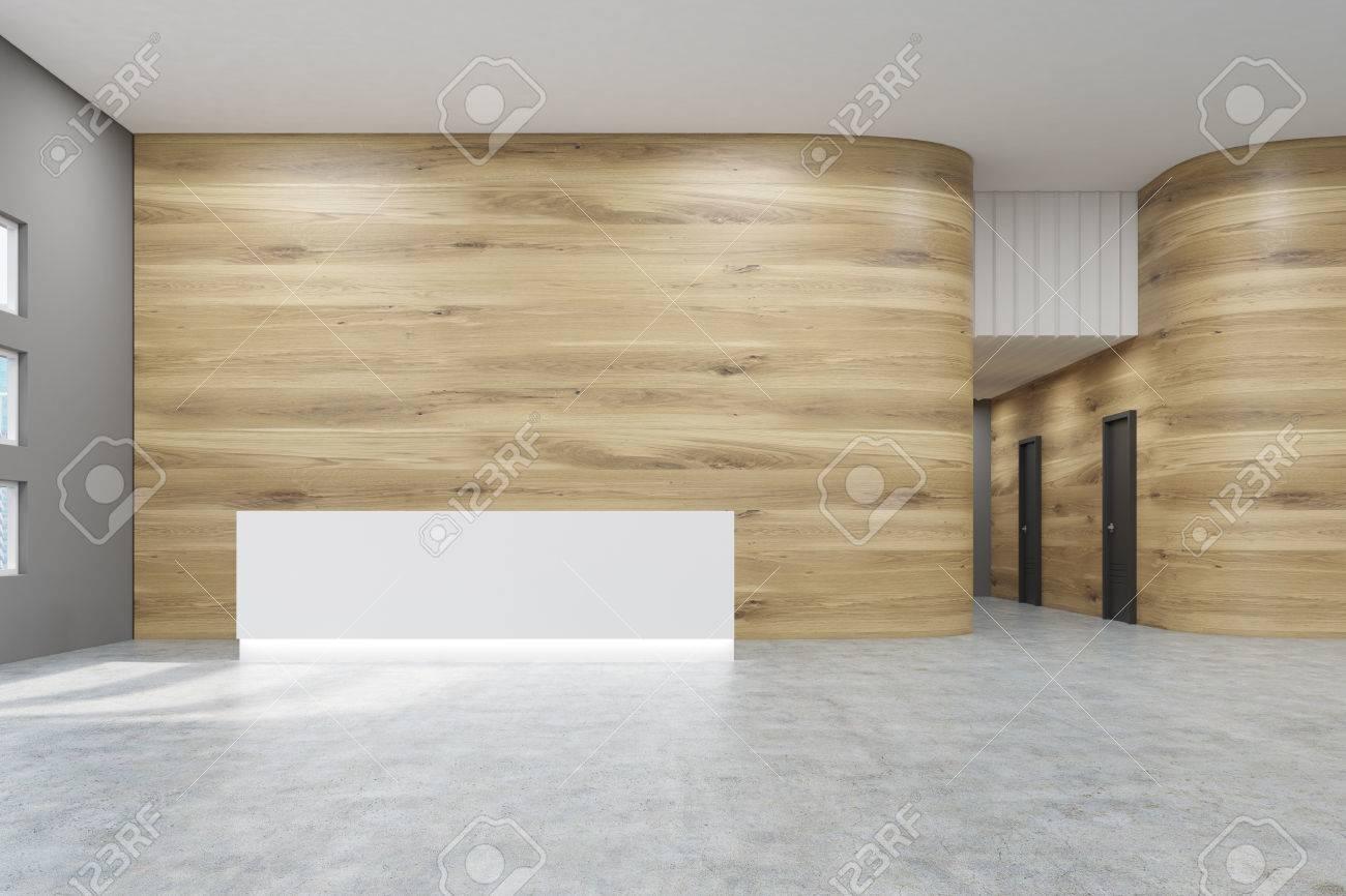 Salle de bureau vide avec des murs en bois et gris et sol en béton