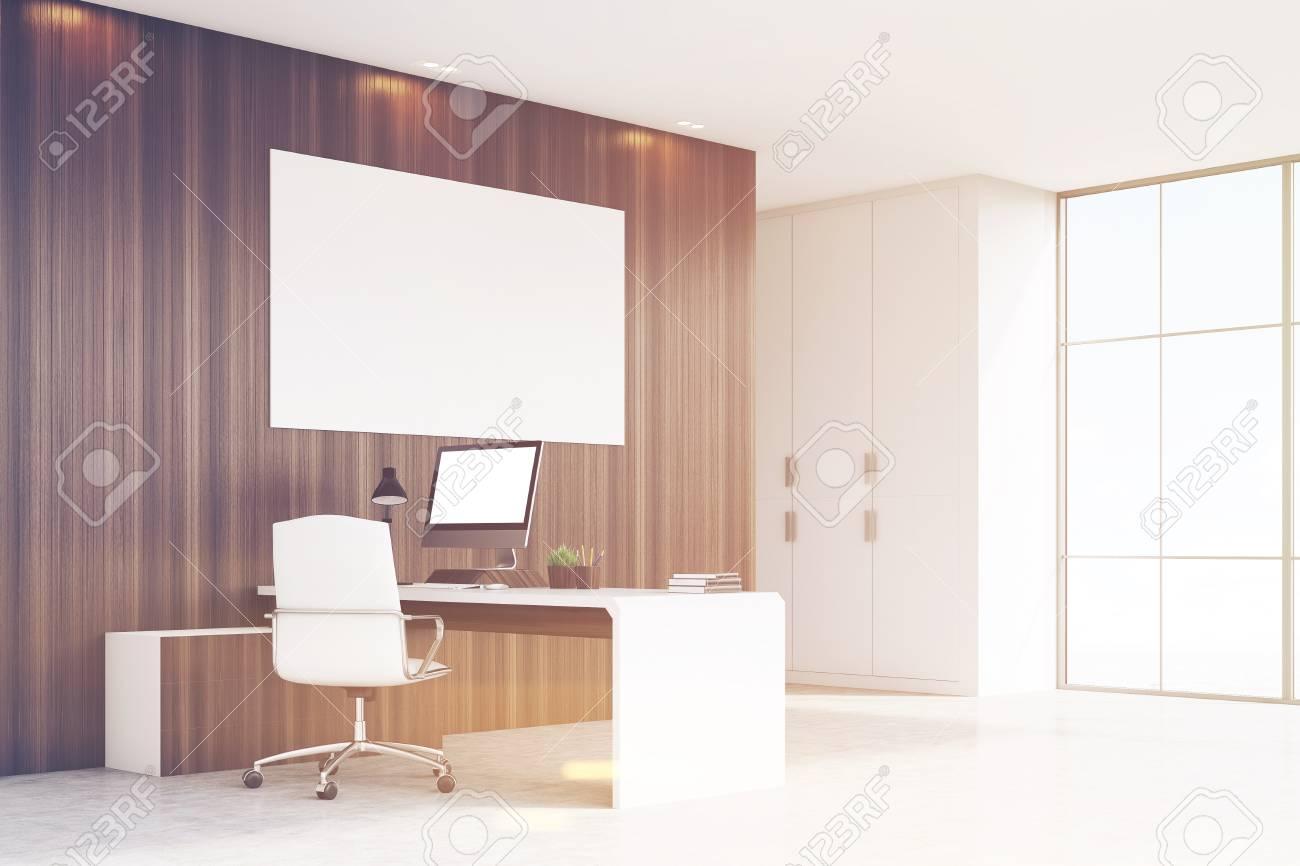 Coin d un bureau de pdg avec des murs en bois sombre une fenêtre