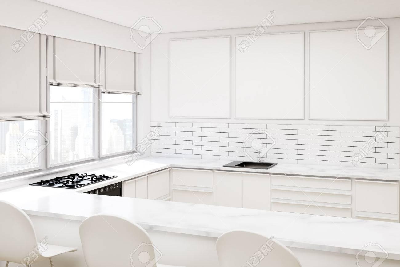 Ecke Eines Weißen Küche Mit Einem Gang, Drei Stühle, Einen Ofen ...