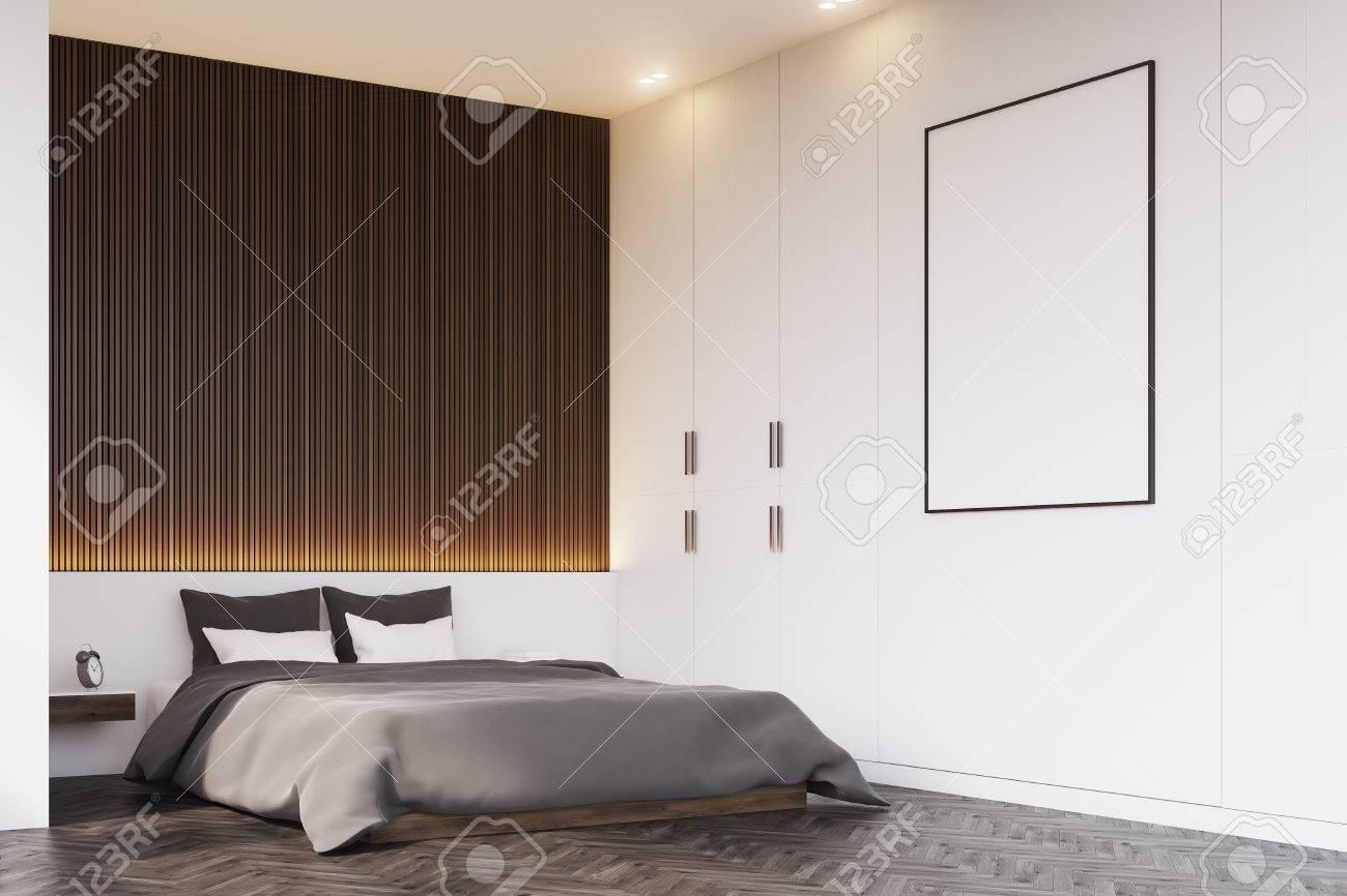 Corner Aus Einem Schlafzimmer Mit Einer Holzwand über Dem Doppelbett. Es  Ist Ein Nachttisch Und
