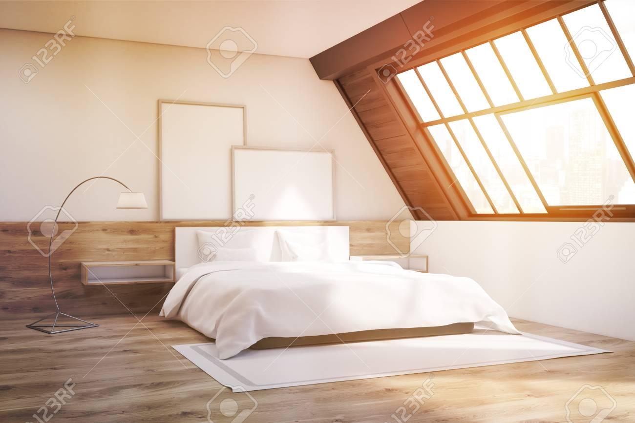 Tapis Sous Lit intérieur de la chambre sous les toits avec une fenêtre, un tapis