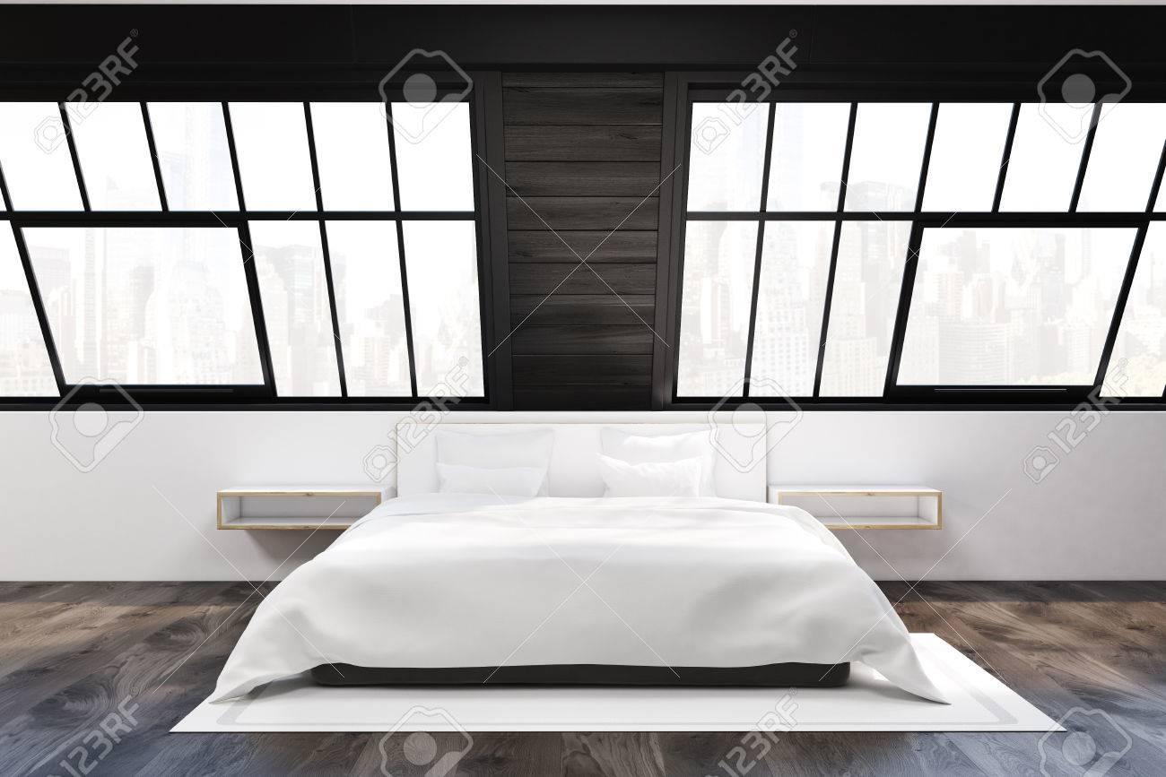 Vista Frontal De Un Dormitorio ático. Hay Una Cama Con Dos Mesitas ...