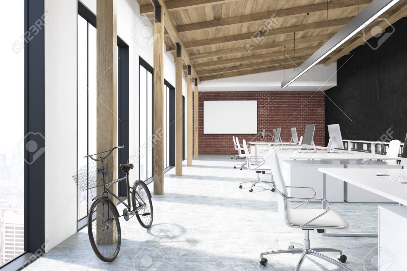 Pareti A Righe Bianche E Nere : Ufficio con mattoni pareti bianche e nere c è una lavagna su uno