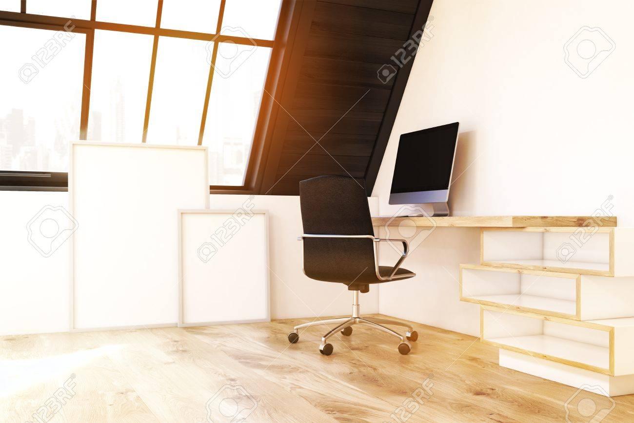 Coin d un bureau à domicile dans le grenier il y a une table en