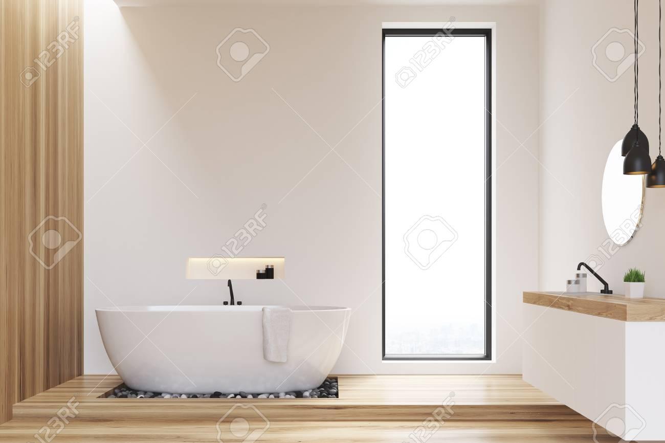 Vasca Da Bagno Stretta : Bagno con pareti bianche e in legno e una finestra stretta c è