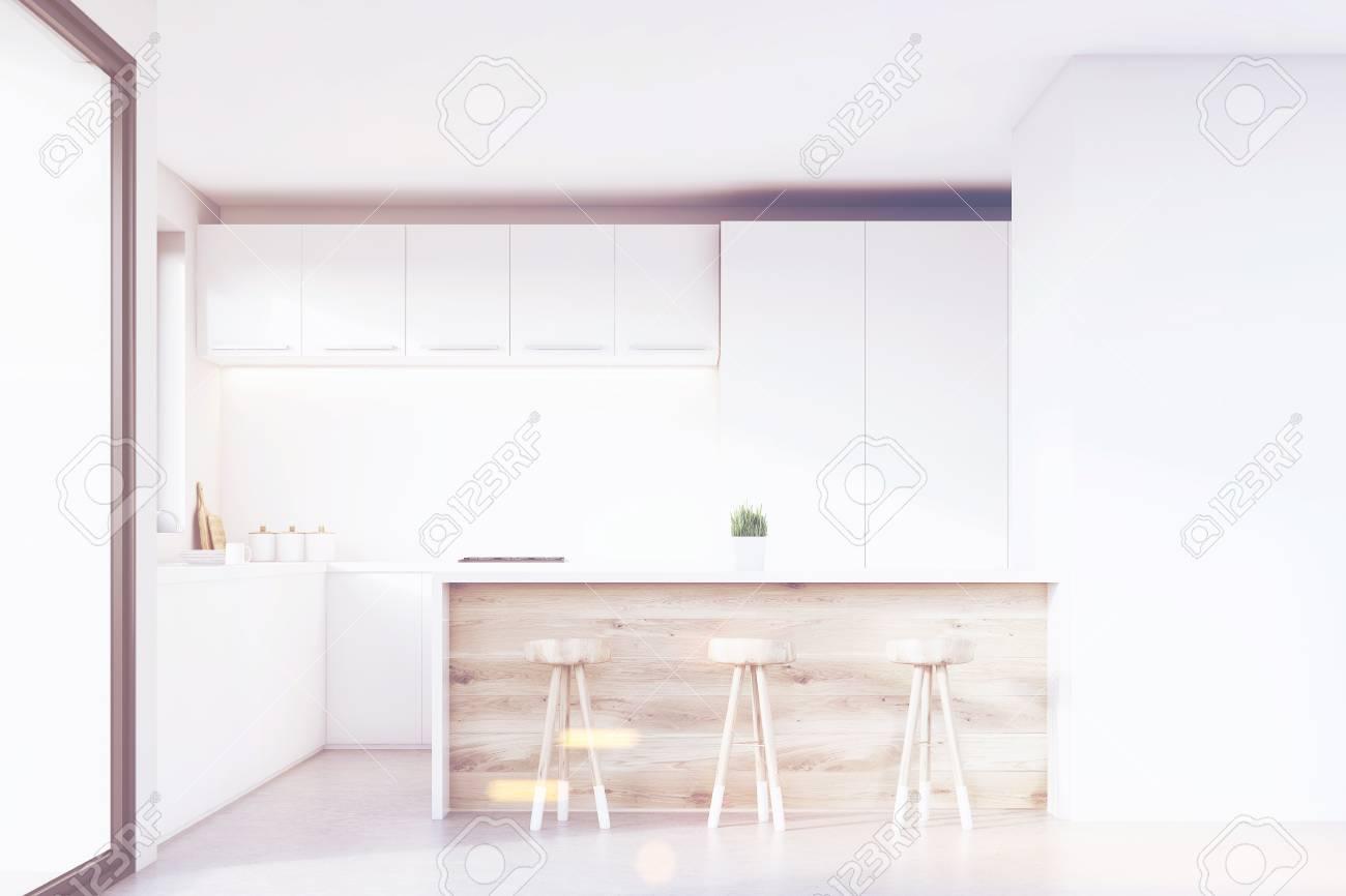 Küche Interieur Mit Hellen Holzmöbeln, Weißen Schränken, Einem ...