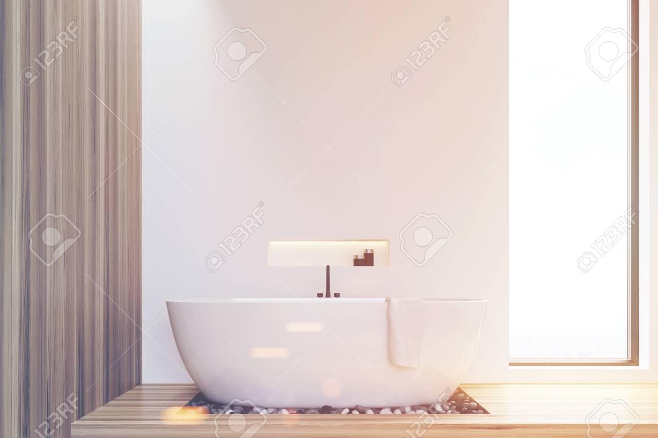 Vasca Da Bagno Stretta : Vista frontale di un bagno con pareti bianche e in legno e una