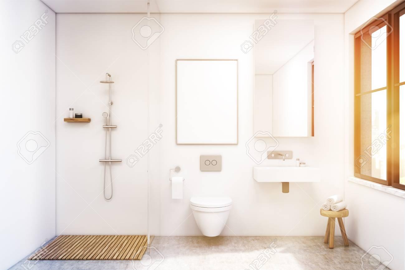 Interiore della stanza da bagno con una doccia una toilette e un
