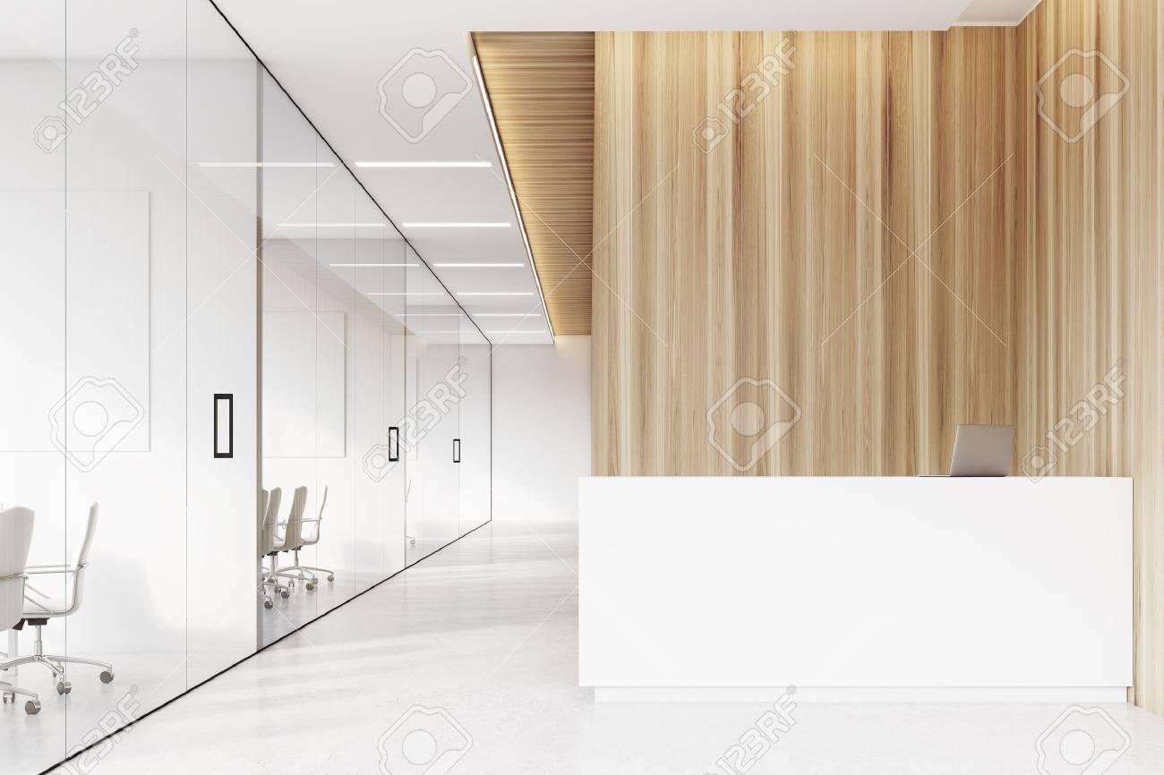 Pareti Bianche E Beige : Vista frontale di un corridoio aziendale con pareti bianche e
