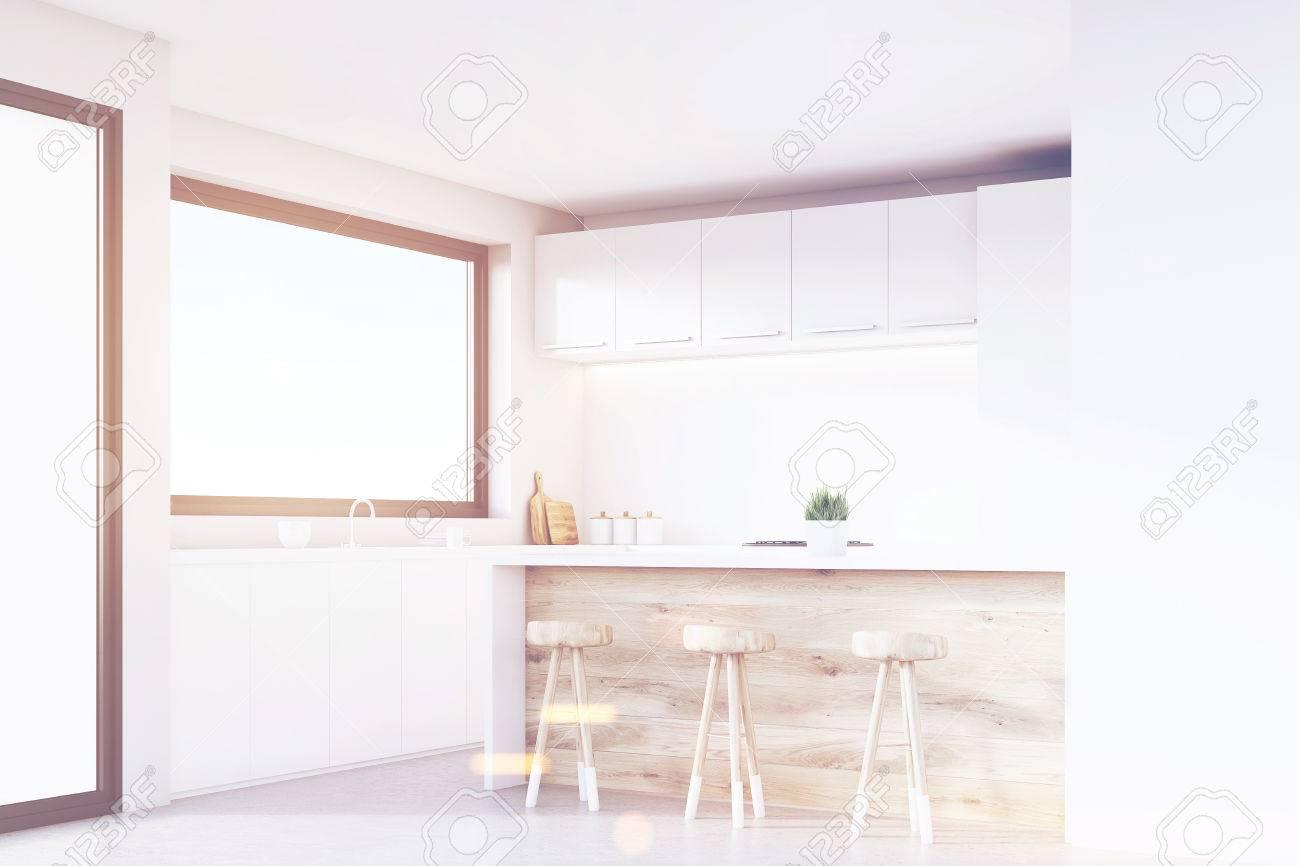 Ecke Einer Küche Mit Hellen Holzmöbeln, Weißen Schränken, Einem ...