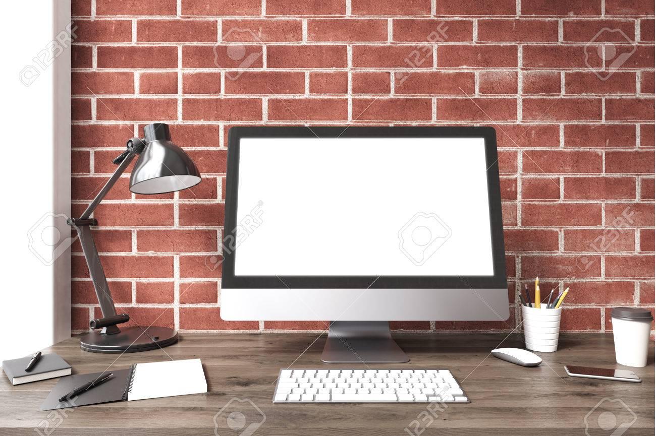 Un écran dordinateur blanc est debout sur un bureau en bois sombre