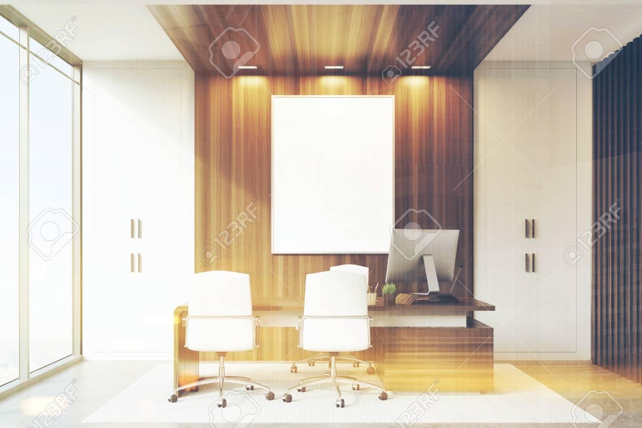 Interior de la oficina CEO con elementos de decoración de pared de madera y  blanco, un gran escritorio y dos sillas para visitantes. Representación ...
