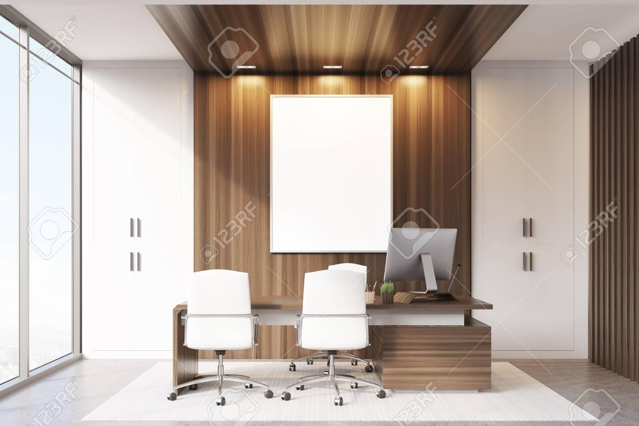 Interior de la oficina del CEO con elementos de decoración de pared de  madera y blanca, un escritorio grande y dos sillas de visitantes. ...